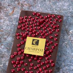 Tablette en chocolat noir 66 % de cacao avec perles craquantes à la framboise